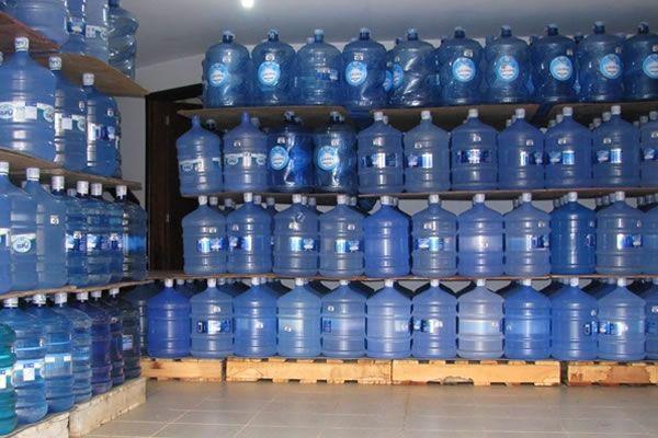 galões de água mineral