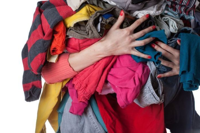 pessoa segurando roupas