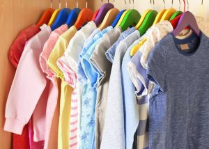 roupas infantis penduradas