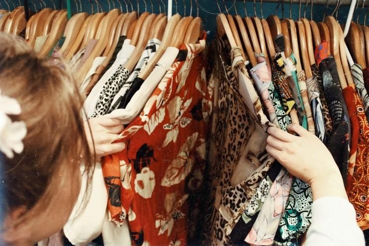 mulher mexendo em roupas